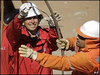 Ministro da Mineração do Chile, Laurence Golborne, trabalha na instalação de cabo telefônico na mina San José (AP)
