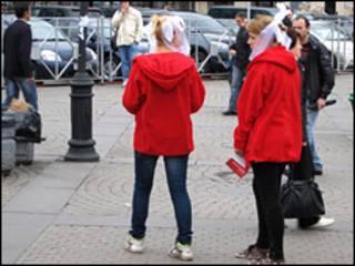 Девочки раздают рекламные листовки в Санкт-Петербурге