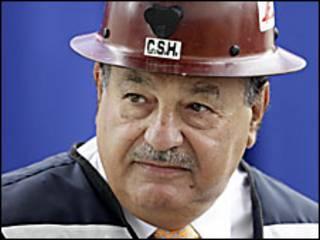 El empresario mexicano Carlos Slim con un casco de construcción