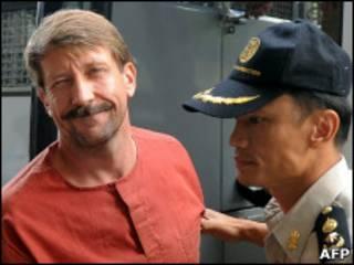 Виктор Бут и таиландский полицейский