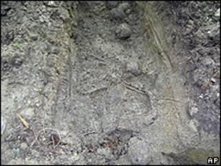Foto liberada pelo governo da Eslovênia mostra crânios e ossos na vala comum perto de Prevalje (AP)