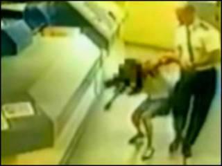 Кадр камеры видеонаблюдения: сержант Эндрюс и задержанная Памела Сомервиль