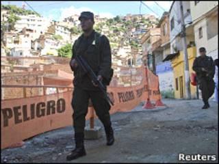 Soldado patrulla comuna de Medellín