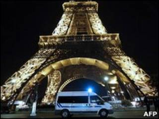 Полицейская машина около Эйфелевой башни