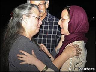 Shourd a su llegada a Omán, se abraza a su madre