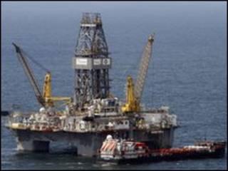 Работы на месте аварии нефтяной платформы