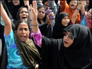 کراچی میں خواتین نے احتجاجی جلوس نکالا