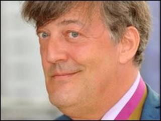 Stephen Fry, người đã đùa cợt về vụ đánh bom nguyên tử xuống Nhật Bản