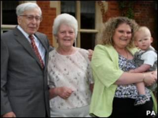 Роберт Эдвардс с женой и Луиза Браун с ребенком