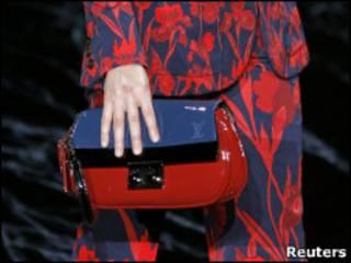 женская рука с сумочкой