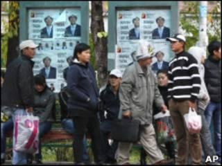 Жители Бишкека возле предвыборных постеров