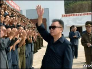 Ким Чен Ир приветствует восторженных людей