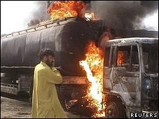 Ataque de los talibanes paquistaníes a los camiones que suministran víveres a la OTAN en Afganistán.