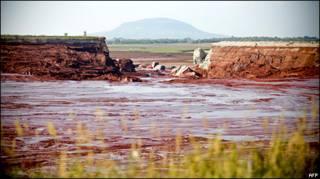 Sự cố bùn đỏ ở Hungary (hình tư liệu)