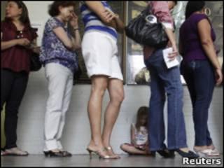 Brasileiras aguardam para votar no dia 3 de outubro