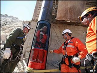 Membros da equipe de resgate testam cápsula que levará mineiros para superfície (AFP)
