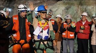 Um dos mineiros acena após chegar à superfície