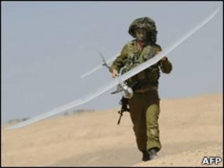 Израильский солдат держит беспилотник