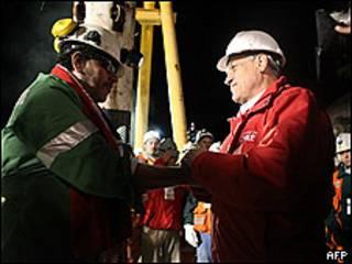 Luis Urzúa, el último minero en ser rescatado, saluda al presidente de Chile, Sebastián Piñera