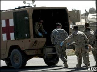 Американские санитары уносят раненого в Афганистане военнослужащего (архивное фото)