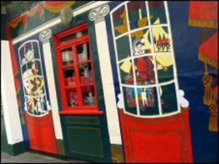 玩具博物馆的橱窗颜色悦目