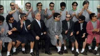 Президент Пиньера с шахтерами в больнице