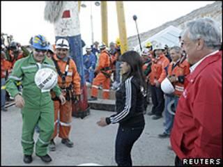 Franklin Lobos domina a bola recebida de presente logo depois de sair da mina em San José (foto: Reuters)
