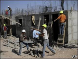 Палестинские строители в одном из еврейских поселений на Западном берегу
