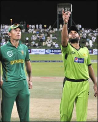 پاکستانی کپتان شاہد آفریدی ٹاس کرتے ہوئے
