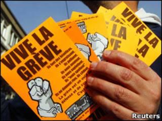 Người đình công cầm tờ rơi về cuộc đình công ngày 26/10 tại Nantes, Pháp