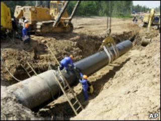 Рабочие прокладывают газовую трубу