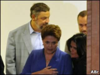 Dilma chega a hotel onde concedeu entrevista