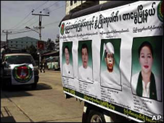 Cartazes eleitorais em Mianmar