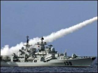 Tàu Trung Quốc phóng hỏa tiễn trong một cuộc tập trận trên biển tháng 7/2010