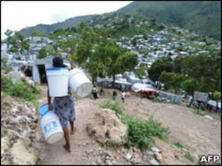 Жительница Гаити идет за водой