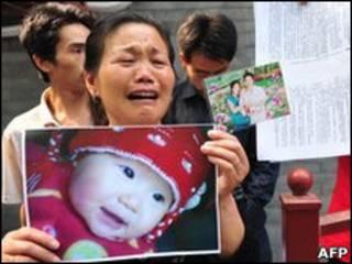 Манифестация у министерства здравоохранения в Пекине с требованием компенсации за отравление меламином