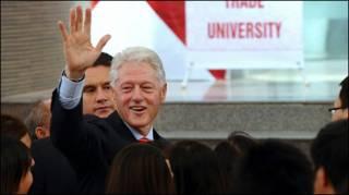 Ông Clinton vẫy tay chào các sinh viên ở Đại học Ngoại thương