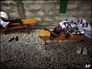 Pacientes con síntomas de cólera esperan tratamiento