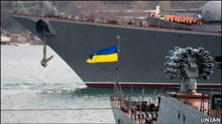 Український корвет Луцьк поруч із російським фрегатом Москва у Севастополі
