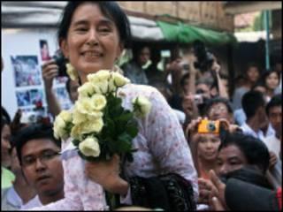 LHQ kêu gọi nhóm tướng lãnh cầm quyền đối thoại với bà Suu Kyi