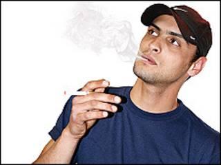 Un hombre fumando un cigarrillo electronico