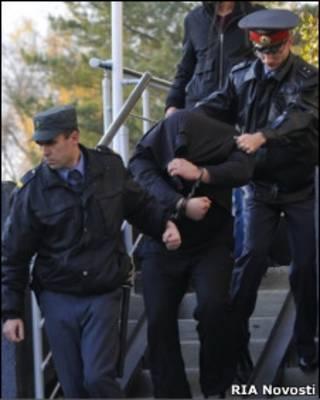 Милиционеры ведут Сергея Цеповяза