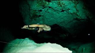 Carlos Coste rompiendo record de apnea horizontal. Foto: cortesía Carlos Coste