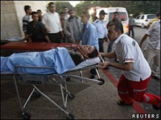 Una de las heridas es trasladada al hospital.