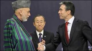 Президент Обама тисне руку президенту Карзаю на саміті НАТО