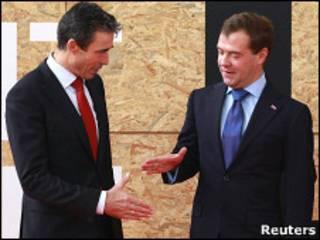 O sectretário-geral da Otan, Anders Fogh Rasmussen (à esq.), e o presidente russo, Dmitry Medvedev