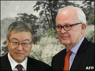 O enviado dos EUA para a assuntos relacionados à Coreia, Stephen Bosworth (dir.) e o ministro das Relações Exteriores da Coreia do Sul, Kim Sung-Hwan