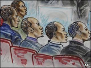 Réus somalis em julgamento