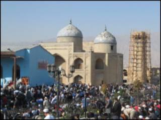 Молящиеся у мечети