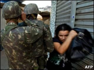 Militares patrulham favela no Rio